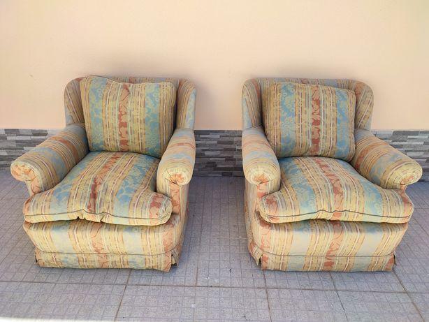 Poltronas e sofás confortáveis com penas de pato