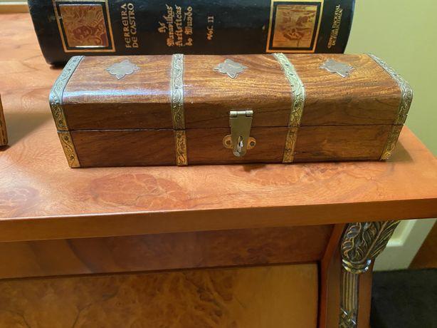 Caixa de madeira e pormenores em latão