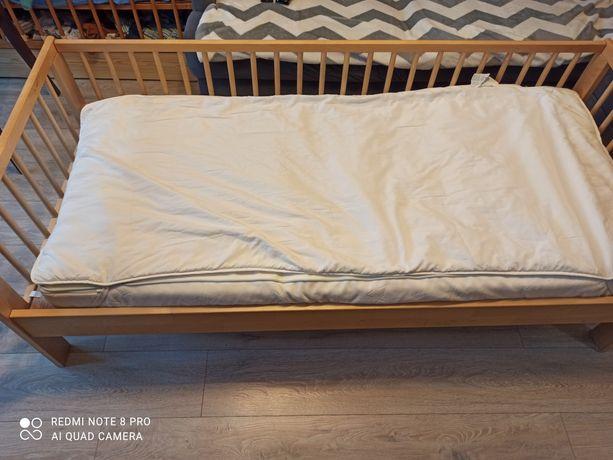 Łóżeczko dziecięce z materacem.