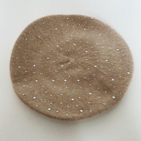 Bezowy beret ozdoby srebrne