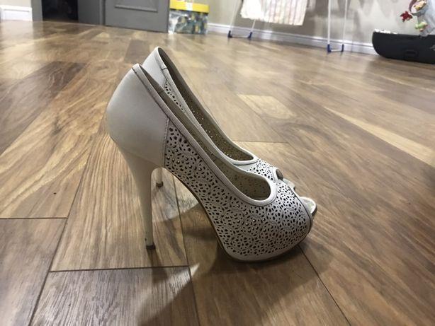 Продаєм весільне взуття