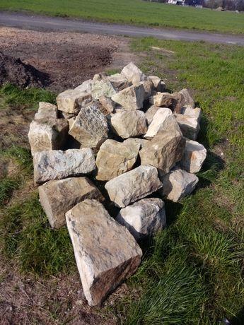 Duże kamienie piaskowiec i cegły