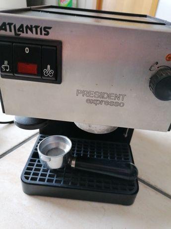 Máquina de café de pastilhas e café em pó