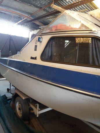 Barco motor e reboque