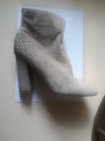 Продам женские замшевые ботинки.