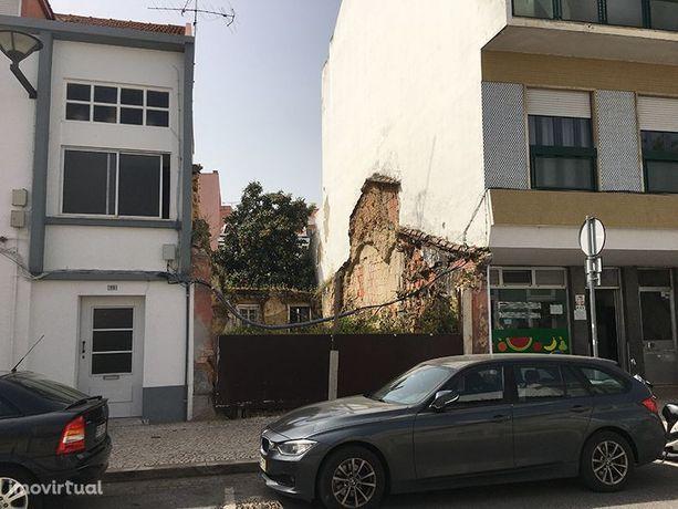 Moradia no centro de Vila Franca de Xira para reabilitação total.