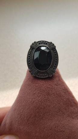 Duży pierścień z czarnym oczkiem