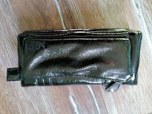 Czarny lakierowany portfel firmy cropp