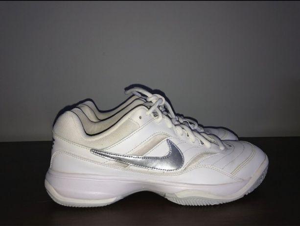 Białe buty sportowe Nike
