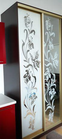 шкаф купе с зеркальными дверьми с рисунком