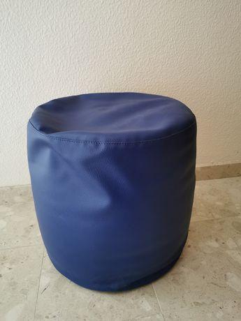 Puff azul escuro em pele sintética