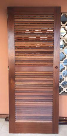 Porta em madeira maciça tipo persiana 2,00 x 0,80mt