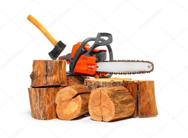 Распиловка бензопилой и разрубка дров.