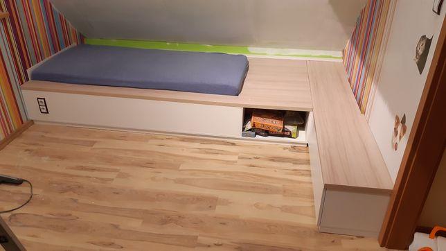 Łóżko z  materacem I szafką