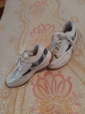 Женские кроссовки 300 руб