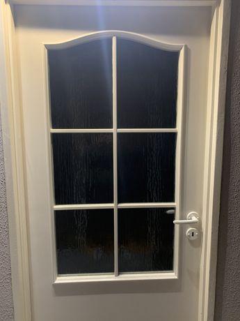 Ładne biale drzwi pokojowe