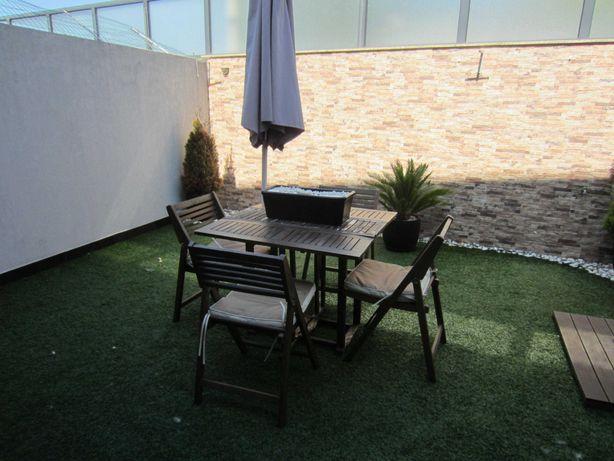 mesa de madeira para jardim, cadeiras e lareira etanol