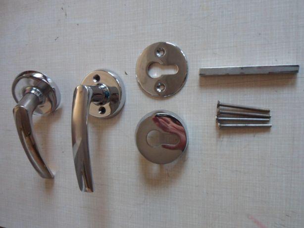 Klamka do drzwi zewnętrznych niklowana.
