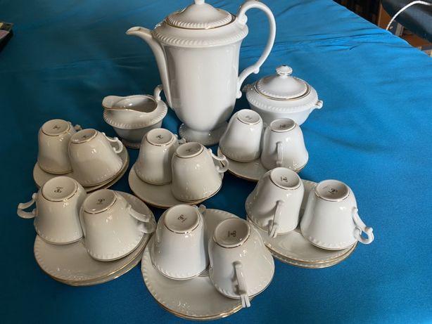 Conjunto de café em porcelana com 27 peças