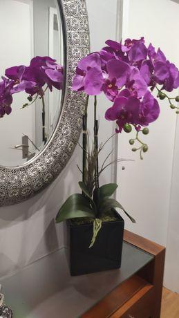 Vaso com orquídeas artificiais