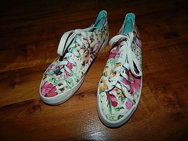 Buty damskie w kwiaty