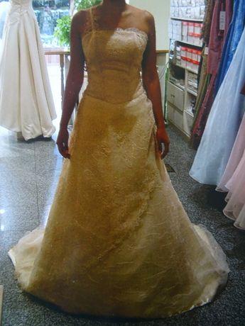Vestido de Noiva com Véu e Saiote - VENDO OU ALUGO