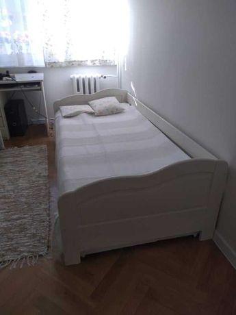Sosnowe białe łóżko