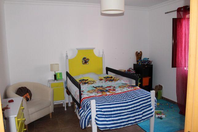 Cama + cómoda + mesa de cabeceira