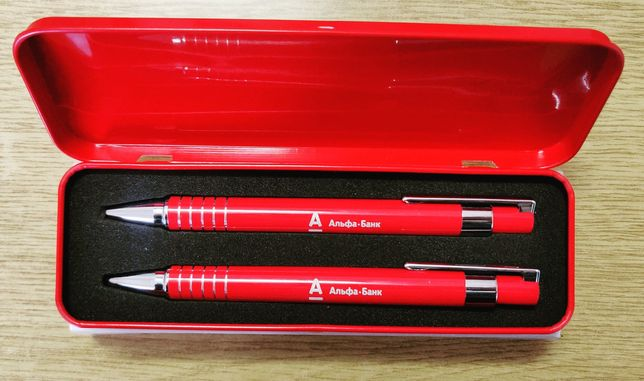Карандаш и ручка в жестяной коробке