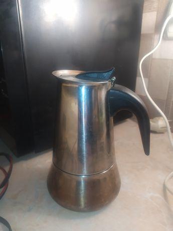 Кофеварка гейзерная из нержавеющей стали.