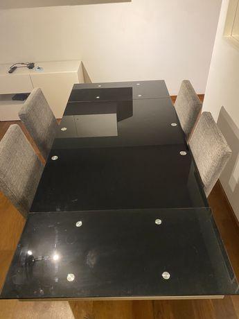 Mesa de jantar em vidro preto