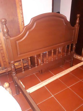 Cama de madeira de mogno