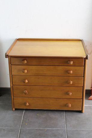 Cómoda de madeira com gavetas de arrumação