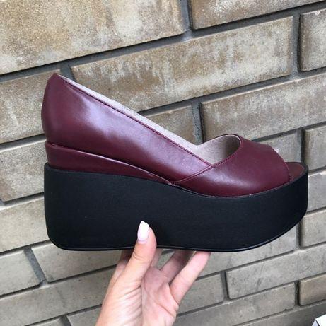 Шкіряні туфлі на платформі.