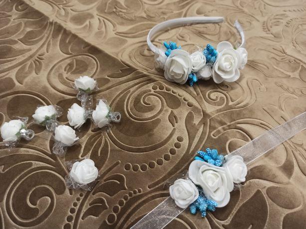 Opaska z białych kwiatków z niebieskim, bransoletka, spinki