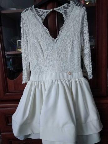 Biała koronkowa sukienka.