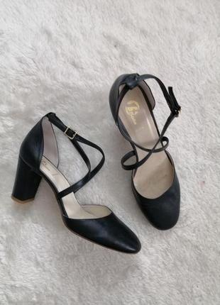 Кожаные туфли на каблуке чёрные Pelle Vera