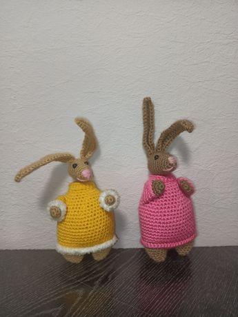 Вязанные кролики-пузатики в свитере