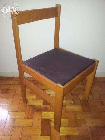 Cadeira de Madeira forrada com napa castanha.