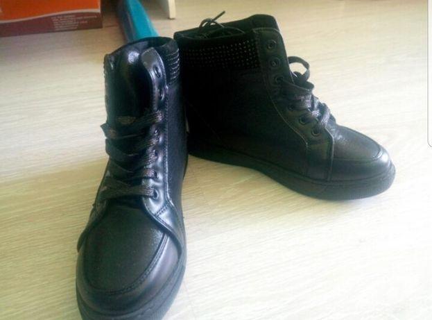 Женские демисезонные ботинки со стразами