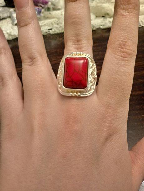 Pierścionek z czerwonym kamieniem