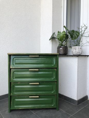 Drewniana szafka po renowacji ze złotymi przetarciami