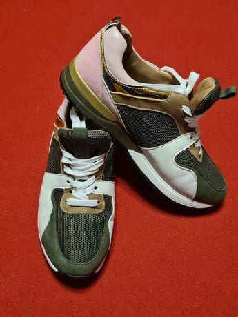 Стильные женские кроссовки 40 размера