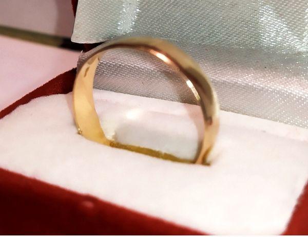 Золотое обручальное кольцо 585°, вес 2,63 г.
