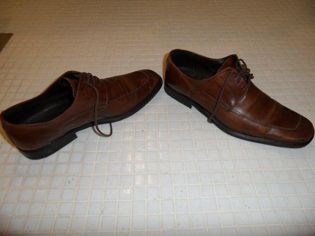 Sapatos em pele castanhos com atacador