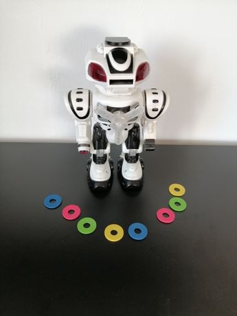 Robot interaktywny strzelający dyskami.