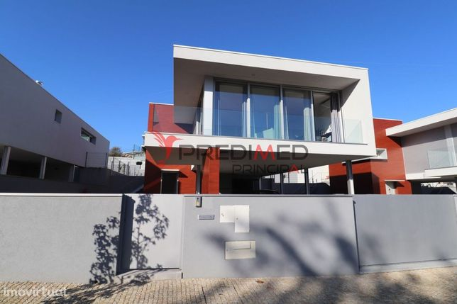Moradia isolada T3 com Arquitetura Moderna