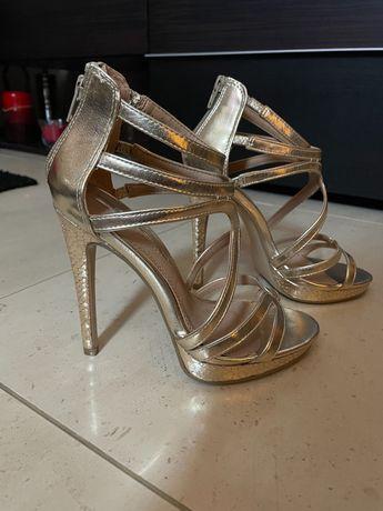 Sandálias salto douradas