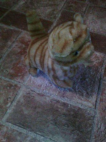 Рыжая кошка сама ходит и мявкает.
