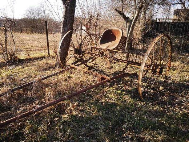 Stary sprzęt rolniczy. Grabiarka konna